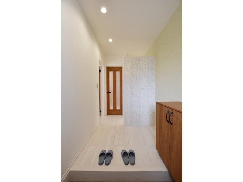2号地玄関 正面に壁があり、トイレや洗面所の出入りが見えないよう工夫してあります。