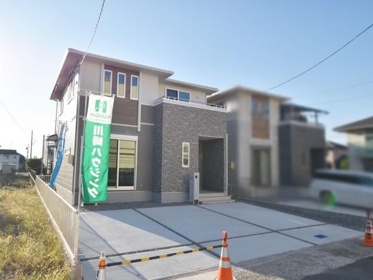 1号地 駐車場3台分のスペースで余裕のある造り。