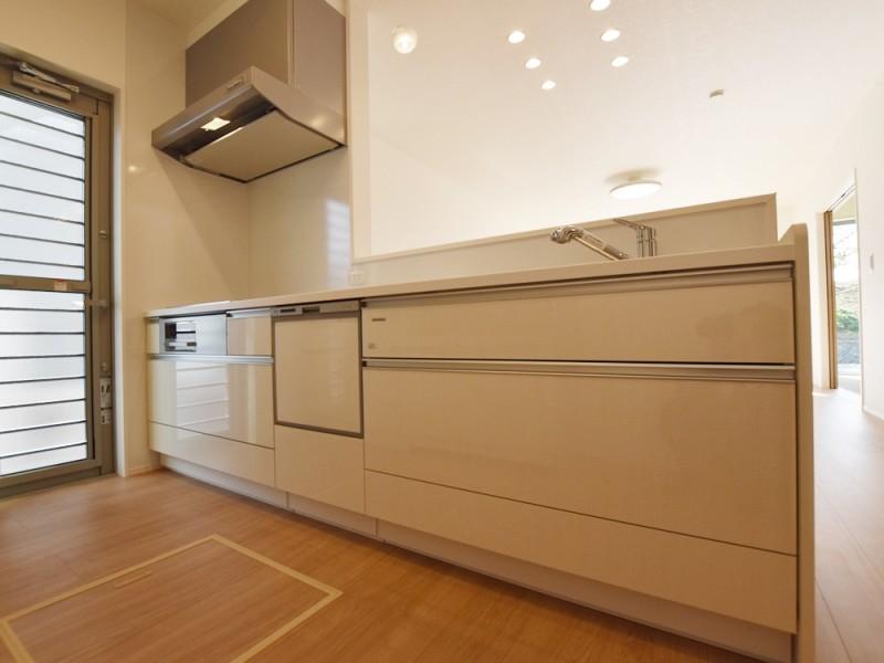 1号地キッチン:オール電化×IHクッキングヒーターの対面式キッチンは、食洗機が備え付けてあるので、家事の時短になります!