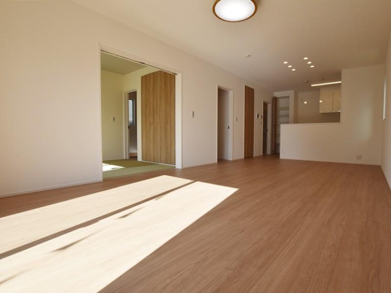 1号地リビング:南向きで陽当たり良好のリビングは、ご家族にとっての憩いの空間。