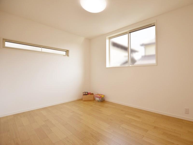 ①号地洋室 両部屋6帖の広さ。 高い窓はお子様の落下防止に隠れた効果を発揮
