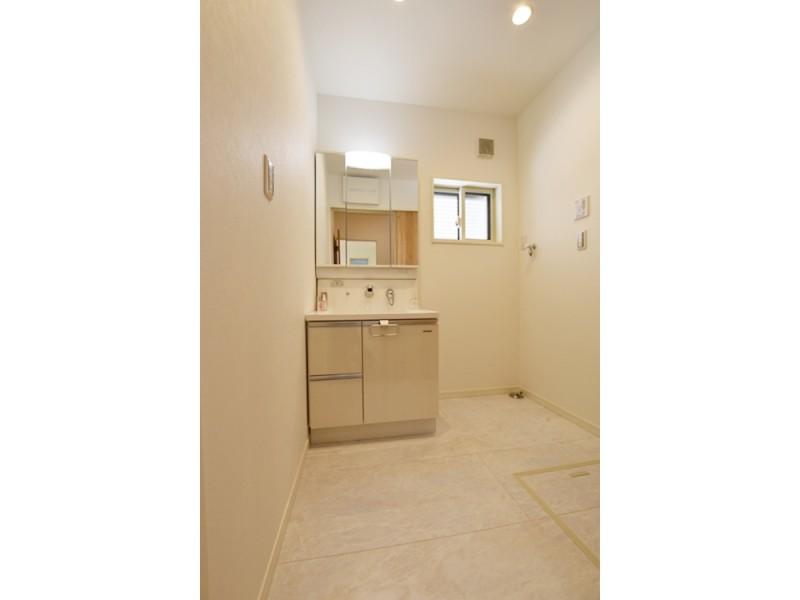 ①号地洗面所 床下収納を設置。 見えないところにも収納を試みて片付け上手に!