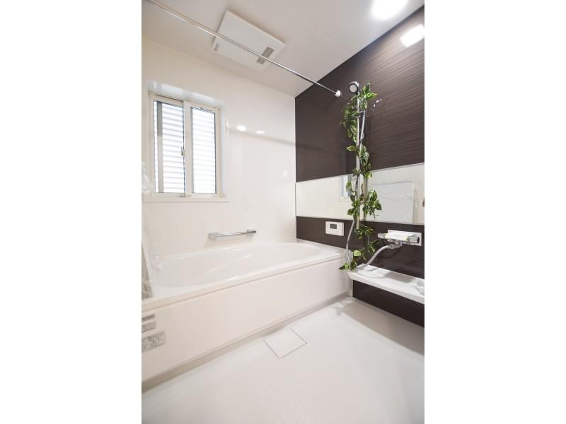 落ち着いた色合いの浴室