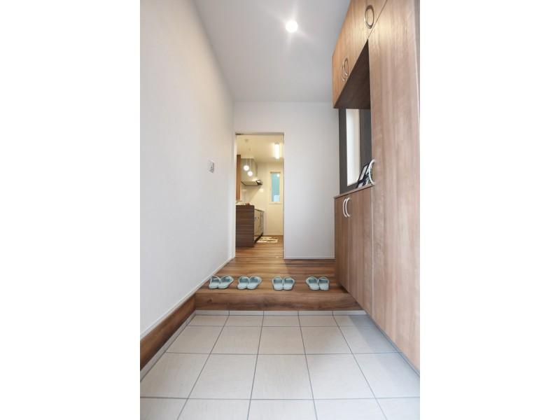 玄関には大容量のシューズクロークを設けスッキリとした玄関に