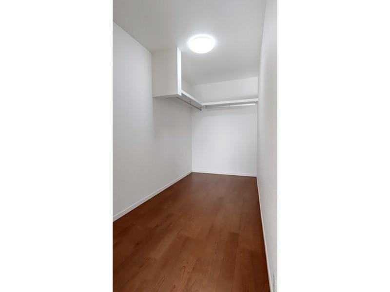 2号地ウォークインクローゼット:主寝室には、4帖と大容量の収納スペースを設けました。ハンガーパイプ付きなので、大切な衣類を掛けておくことが出来ます。