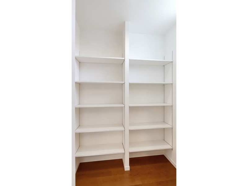 2号地パントリー:キッチン横にはパントリーを設けました。廊下からも出入り可能なので、お買い物帰りの収納も楽々♪