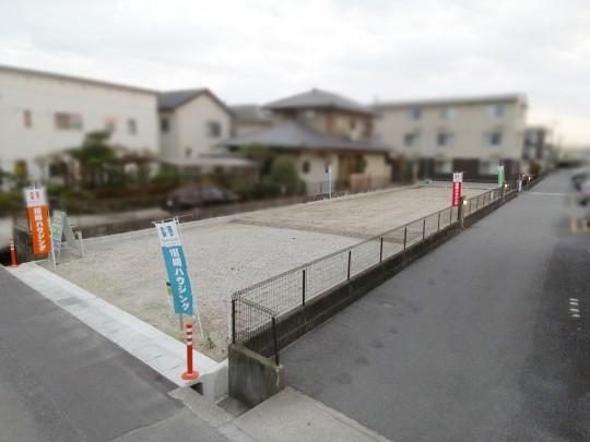 奥行きのある宅地は駐車場、建物、庭がバランスよく取れます。