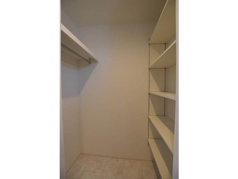1号地 洗面所には大容量の収納スペースがあります