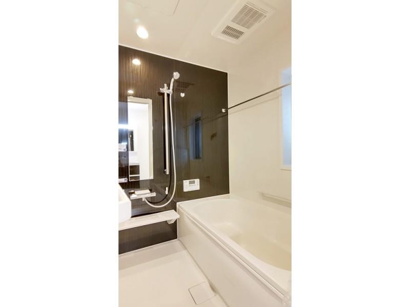 2号地浴室:落ち着いた色合いの浴室には、浴室暖房乾燥機が備え付けてあるので、雨の日のお洗濯も安心です。