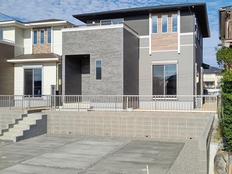 3号地外観:バルコニーの大理石風の外壁が、建物により重厚感を与えます。