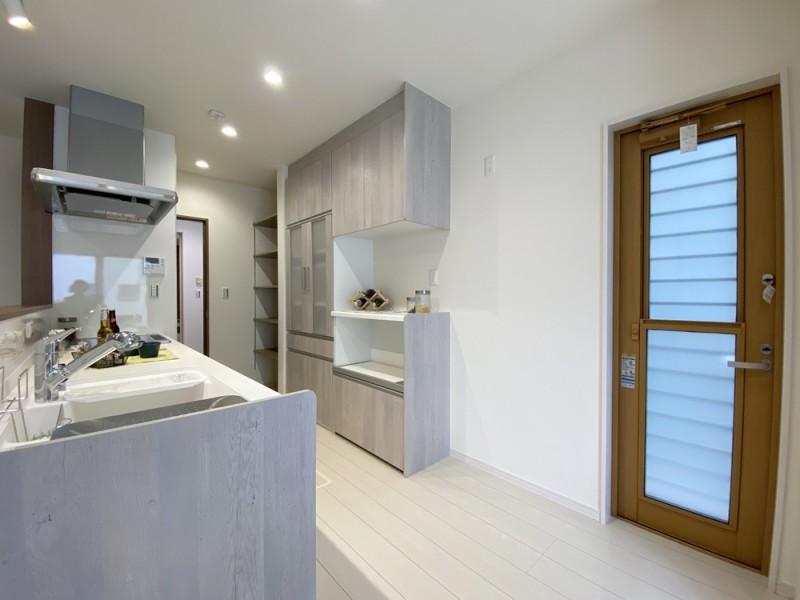 2号地 グレーの木目がおしゃれなキッチン。大きめのカップボードに加え、6段の棚もあります!