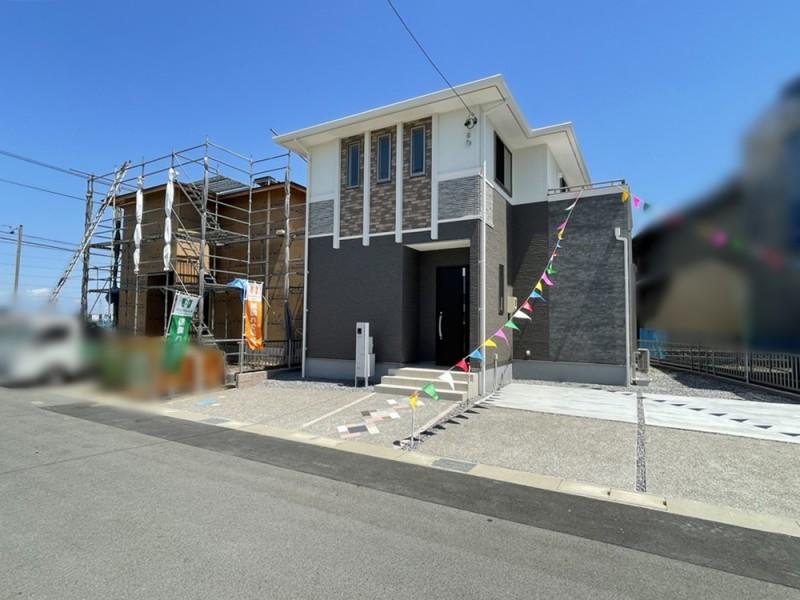 1号地 黒を基調とした重厚感溢れる外観。外構にもこだわり、玄関へのアプローチにひし形をあしらいました。
