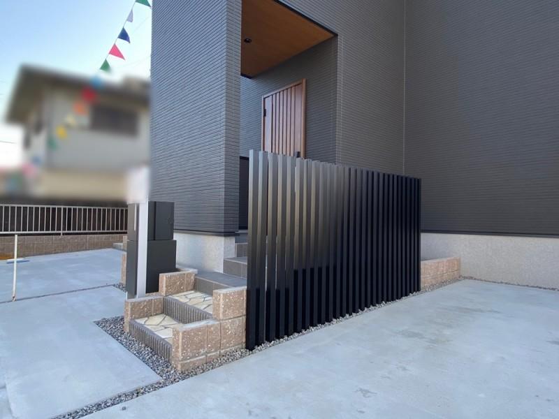 2号地 玄関前にはフェンスがあり、プライバシーが守られた造りに
