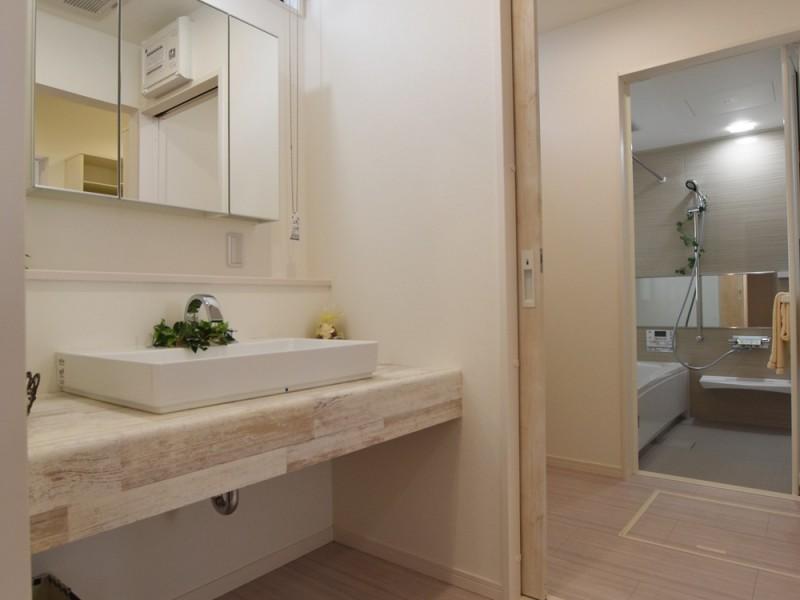 洗面は横にも広く独立タイプの為ご夫婦並んでも狭くありません