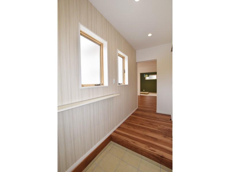玄関には棚を設けちょっとした小物を置けるスペースも!