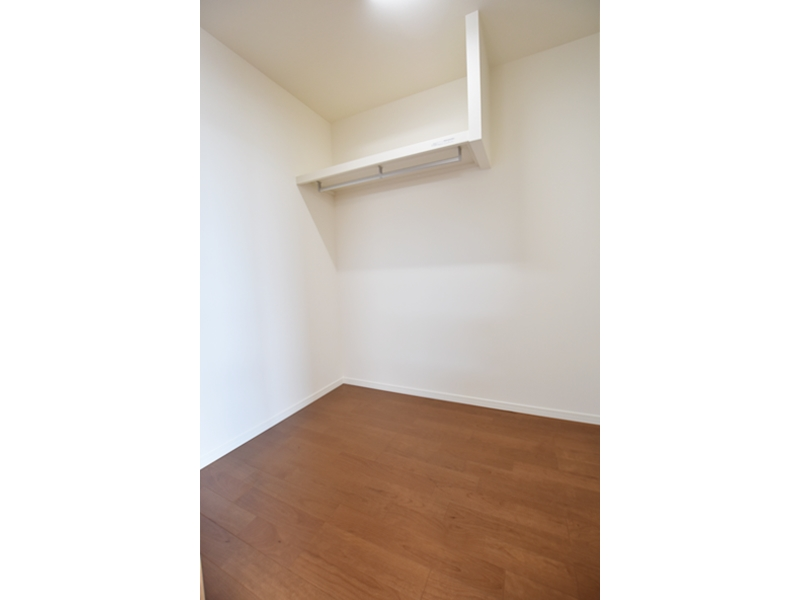 1号地ウォークインクローゼット:主寝室には2.5帖のクローゼットを設けました。ハンガーパイプ付きなので、大切な衣類を掛けておくことが出来ます。