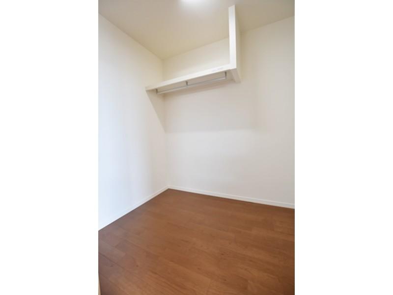1号地 主寝室には2.5帖のクローゼットを設けました。ハンガーパイプ付きなので、大切な衣類を掛けておくことが出来ます。