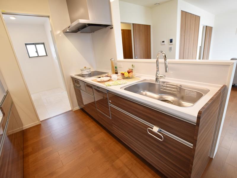 1号地キッチン:対面式のキッチンなので、ご家族を見守りながら家事が出来ます。また、タッチレス水栓+食洗器と嬉しい設備付き!