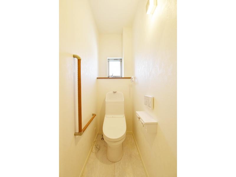 1号地トイレ:トイレにもL字型手すりを設けました。