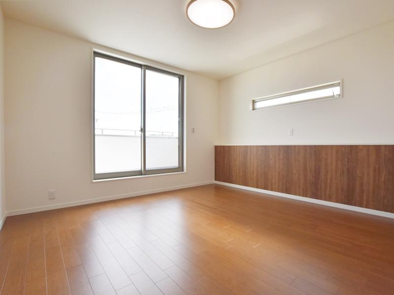 1号地主寝室:ベッドヘッドに当たるカウンターには、コンセントを設けました。スマホ等を充電するのに重宝します。