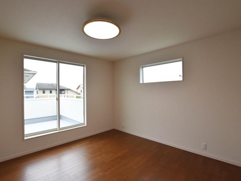 2号地 8帖の主寝室。主寝室と2階の洋室は全てウォークインクローゼット完備です。