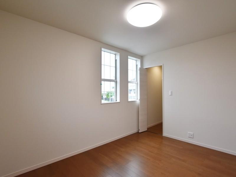 2号地 白の窓がかわいい洋室B。収納スペースもしっかり確保しています。