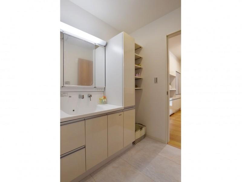 2号地 洗面所には可動棚もついており収納には困りません!