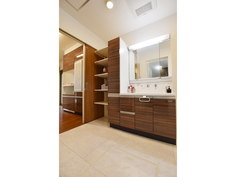 1号地洗面所:キャビネット+シャワー付の洗面化粧台が備え付けてあります。