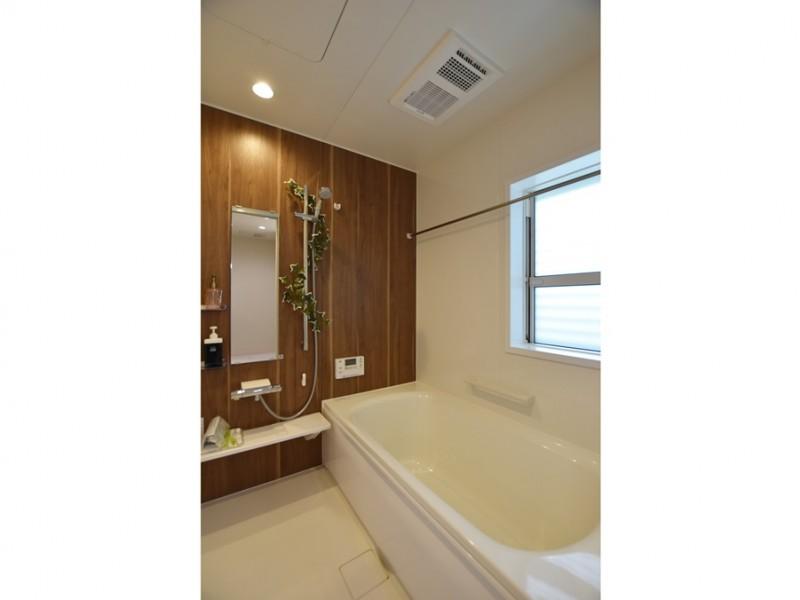 2号地 浴室は温かみのある雰囲気に。日頃の疲れをここで癒してください。