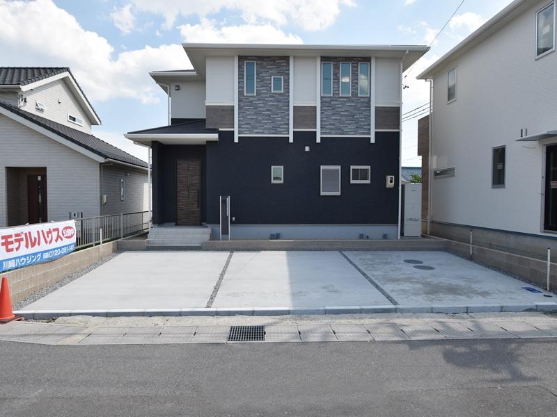 1号地外観:黒いシックな外壁に、石目調のアクセントを合わせました。駐車は3台可能です。