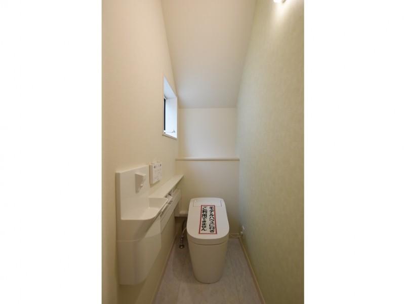 2号地 1階トイレは人気のタンクレストイレ!淡いグリーンのクロスがきれいです。