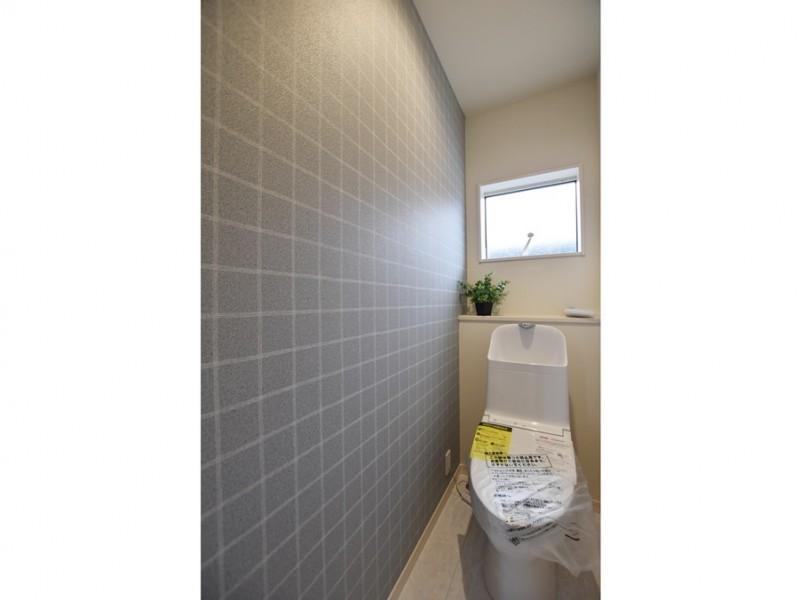 2号地 グレーのチェック柄がシンプルかつおしゃれな2階トイレ