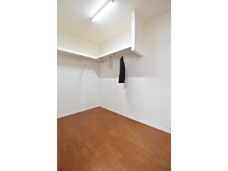 1号地ウォークインクローゼット:主寝室には3帖もの収納スペースを設けました。ハンガーパイプ付きなので、大切な衣類を掛けておくことが出来ます。