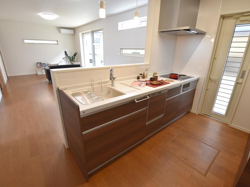 1号地キッチン:対面式のキッチンは、タッチレス水栓+食洗器付きと嬉しい仕様♪
