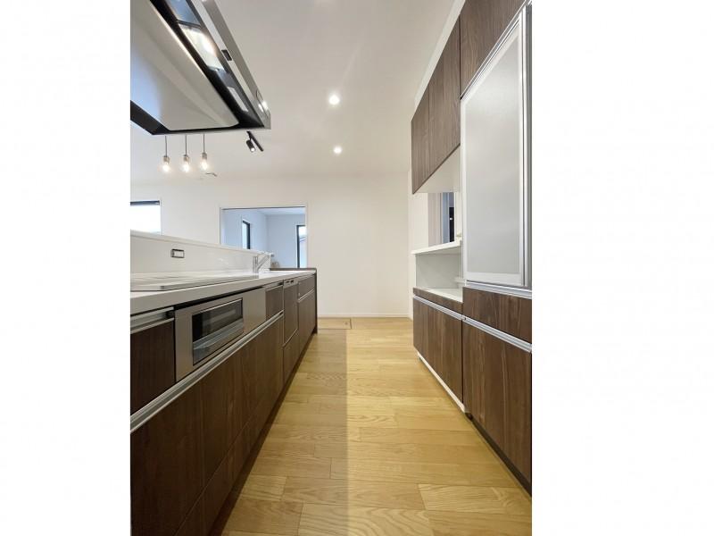 キッチンは木目柄で収納もバッチリ!自慢したくなるオープンキッチンです!食洗器付き!