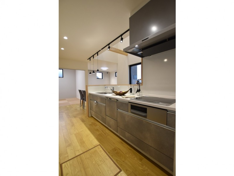 1号地 グレーのキッチンは、クールで大人っぽい印象です。