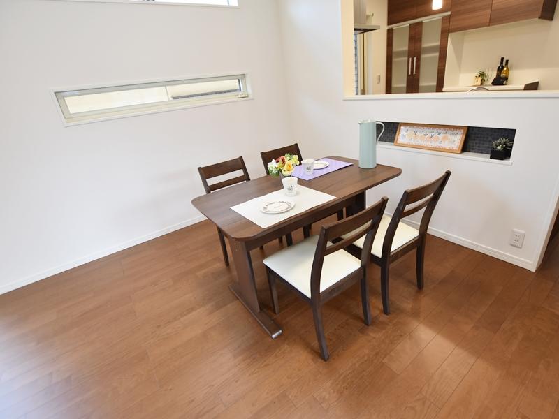 1号地ダイニング:ご家族で料理を楽しめるダイニング。テーブルの高さに合わせたニッチは、調味料やちょっとした小物を置くのに便利です。