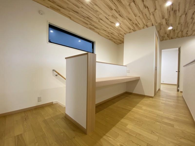1号地 2階のホールにはカウンターを設置。棚にするの良し、飾るのも良し。