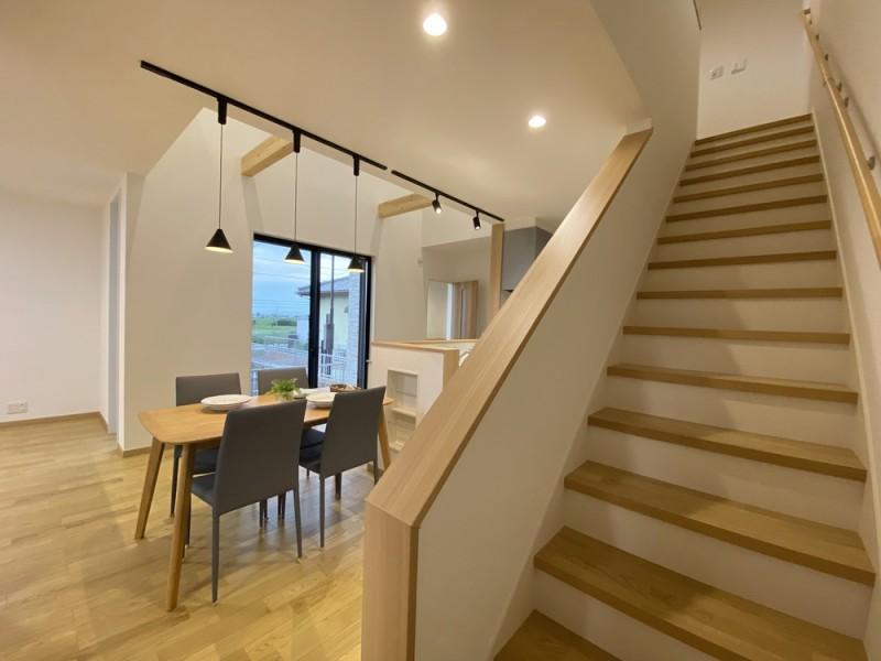 1号地 2階にはリビング階段で。帰宅した家族をリビングでお出迎え!