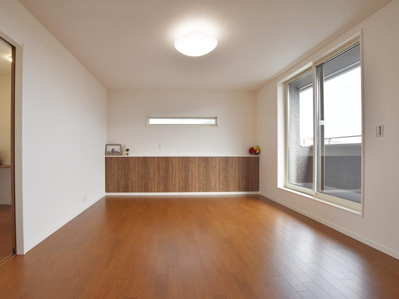 1号地主寝室:オシャレな木目の壁紙部分は、ベッドヘッドのカウンターになっています。コンセントもあるので、スマホ等の充電に便利です。