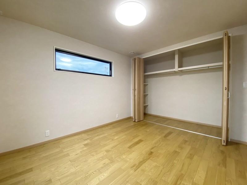 1号地 大きなCLが特徴的な7帖の主寝室。