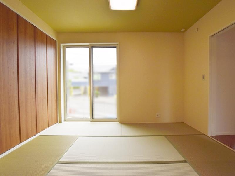 1号地和室:6帖の和室は、リビングからも廊下からも出入り可能なので、急な来客があっても安心です。