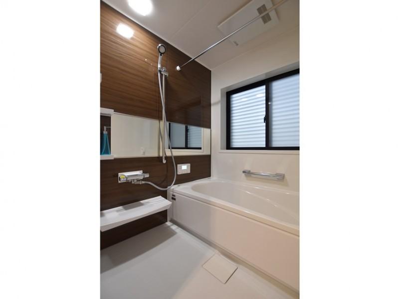 1号地 清潔感のある浴室。横長の鏡があることで浴室を広く感じることが出来ます。