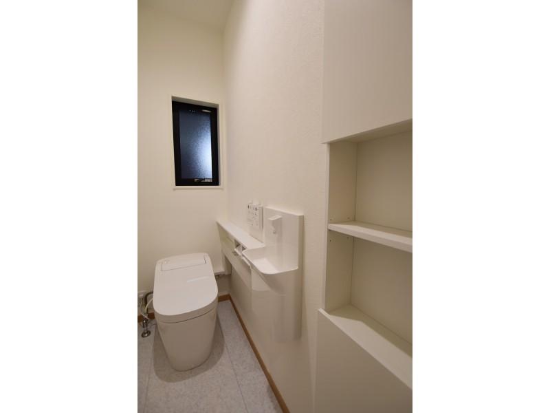 1号地 1Fトイレはスタイリッシュなタンクレス。小さな棚と手洗いが嬉しい!
