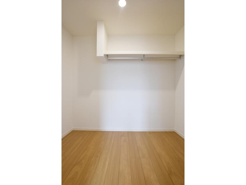 3号地ウォークインクローゼット:主寝室には大容量の収納スペースを設けました。ハンガーパイプ付きなので、大切な衣類を掛けておくことも出来ます。