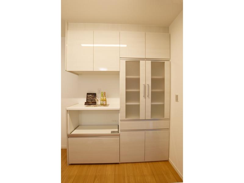 3号地カップボード:キッチンにはカップボードを設けました。ご家族の食器がたっぷり入ります。