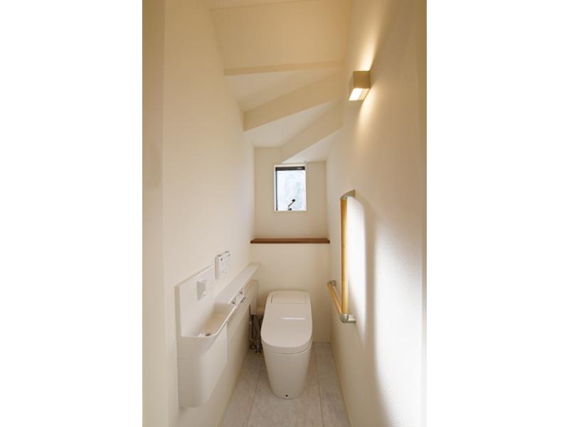 3号地トイレ:1階トイレはPanasonicのアラウーノを採用。また、手すりを設けたので、妊婦さんや年配の方でも安心です。