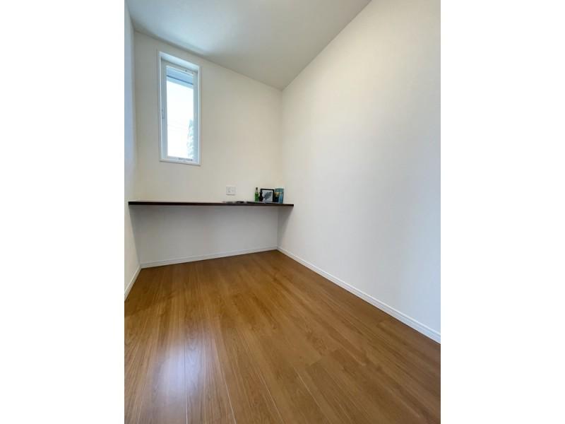 主寝室からも廊下からも出入り可能なワークスペースは使い方色々♪