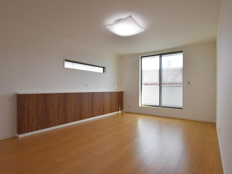 3号地主寝室:木目の壁紙がおしゃれな、ベッドヘッドに当たるカウンター。スマホ等の充電が出来てとっても便利です♪