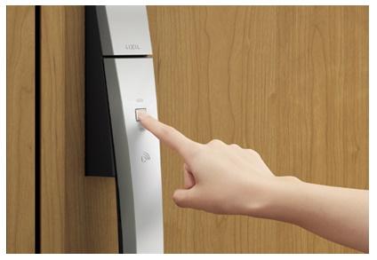 タッチキー:リモコンキーをバッグやポケットに入れておけば、ドアのボタンを押すだけで解錠するワンタッチスタイル。手荷物が多い時に便利です!写真はイメージです。